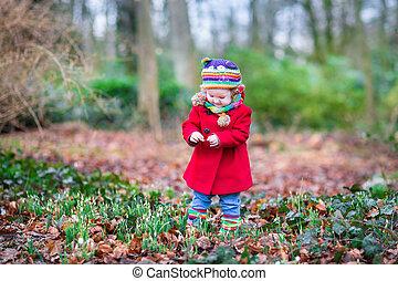 reizend, wenig, kleinkind, m�dchen, in, a, roter mantel, spielende , mit, schöne , sn