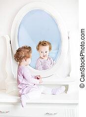 reizend, wenig, kleinkind, m�dchen, mit, lockenkopf, anschauen, sie, reflecti