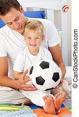 reizend, wenig, seine, junge, vater, kugel, fußball,...