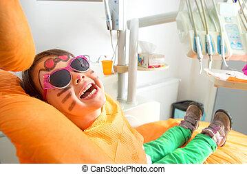 reizend, wenig, sonnenbrille, sitzen, zahnarzt, m�dchen, stuhl