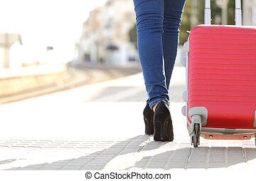 reiziger, benen, wandelende, met, bagage, in, een, treinpost