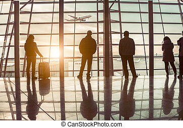 reizigers, silhouettes, op, luchthaven