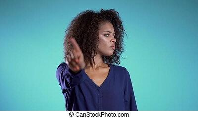 rejeter, lent, africaine, faire, désapprouver, non, ne pas être d'accord, motion., signe, nier, girl., gesture., main, négation, portrait, doigt, business, belle femme