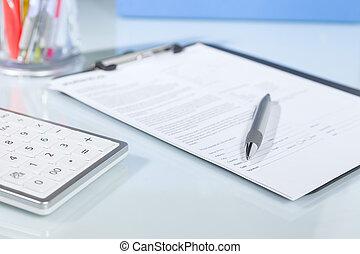rekenmachine, pen en, documenten, op, een, bureau