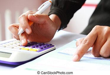 rekenmachine, van een vrouw, pen, handen