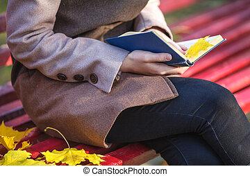relâcher, femme, joli, séance, autumn., jeune, park., bench., livre
