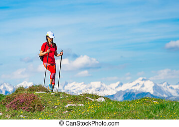 relajación, de, un, mujer, mientras que camina, en las montañas