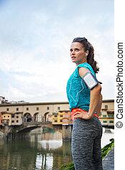 relajado, atlético, mujer estar de pie, delante de, ponte vecchio