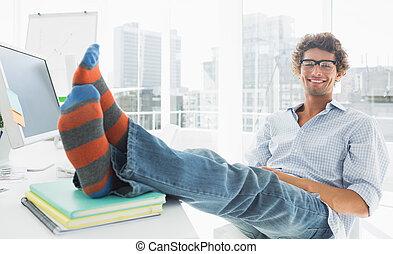 relajado, casual, hombre, con, piernas, en el escritorio, en, oficina