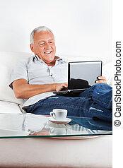 relajado, computador portatil, 3º edad, trabajando, hombre