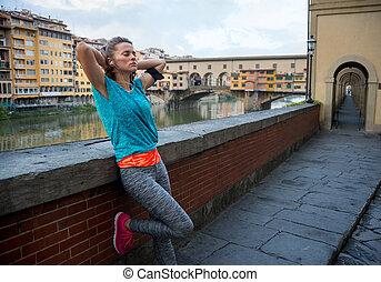 relajado, condición física, mujer, delante de, ponte vecchio, en, florencia, ita