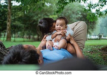 relajado, dos, estómago, sentado, padre, niños
