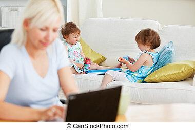 relajado, familia , tener diversión, con, un, computador portatil
