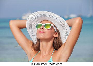 relajado, mujer, en, sol, en, playa