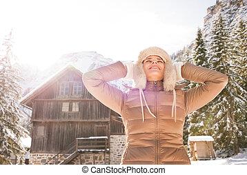 relajado, mujer joven, posición, en el frente, de, acogedor, montaña, casa