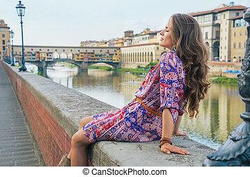 relajado, mujer joven, sentado, cerca, ponte vecchio, en, florencia, ital