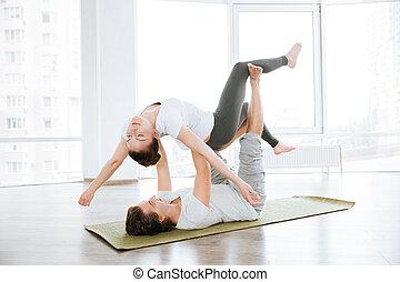 relajado, pareja, practicar, acro, yoga, ejercicios, en, estudio