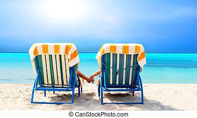 relajante, cubierta, pareja, silla, playa, vista trasera