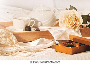 relajante, en cama, con, té, y, chocolates