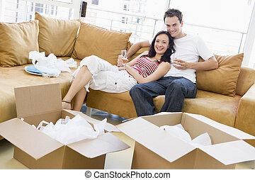 relajante, pareja, cajas, nuevo hogar, sonriente, champaña
