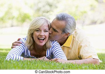 relajante, pareja, parque, aire libre, besar, sonriente