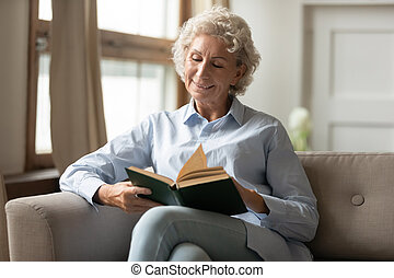 relajar, hogar, libro, lectura, papel, mujer madura