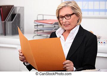 relatório, leitura mulher