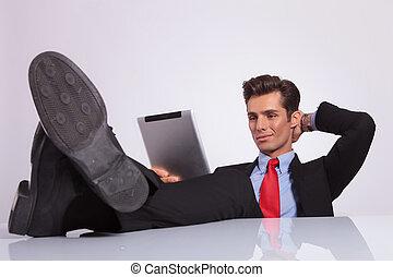 relaxado, almofada, lê, homem negócio