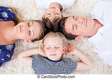 relaxado, família, mentindo, em, círculo, ligado, a, wall-to-wall, tapete