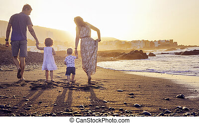 relaxado, família, observar, um, bonito, pôr do sol
