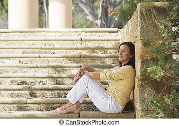 relaxado, feliz, mulher madura, ao ar livre
