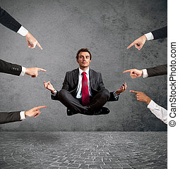 relaxado, homem negócios, sob, a, accusations, de, colegas