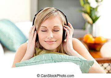 relaxado, loura, mulher, escutar, música, mentindo, ligado, um, sofá