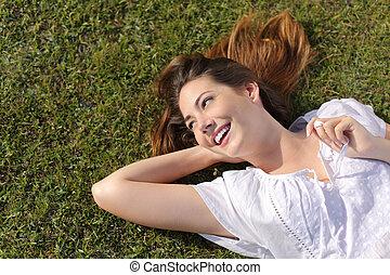 relaxado, mulher, capim, mentindo, feliz