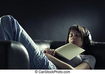 relaxado, mulher jovem, encontrar-se sofa, enquanto, escutar, música, em, fones