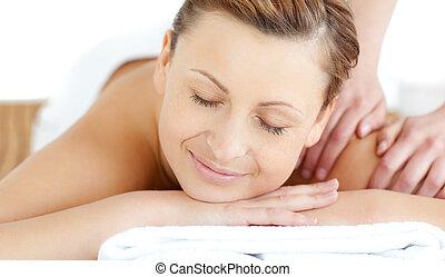 relaxado, mulher jovem, recebendo, um, massagem