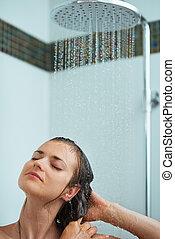 relaxado, mulher, levando, chuveiro, água, jato
