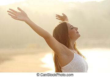 relaxado, mulher, respirar, ar fresco, braços elevando, em, amanhecer