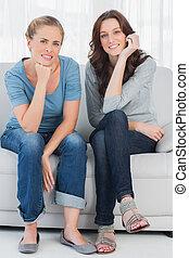 relaxado, posar, enquanto, sofá, mulheres, sentando