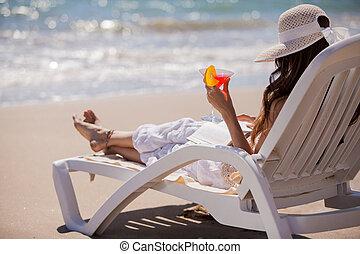 relaxante, com, um, bebida, e, um, livro