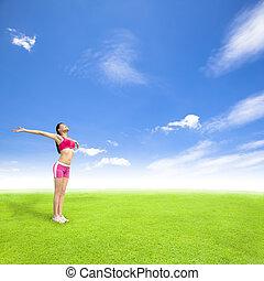 relaxante, mulher jovem, ficar, ligado, um, prado, com, céu azul