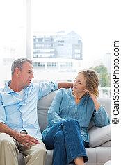 relaxante, par, sofá, alegre, seu, conversa, tendo