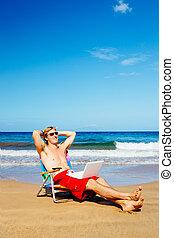 relaxante, praia, homem negócios, casual, jovem, computador, atraente, empresário, laptop