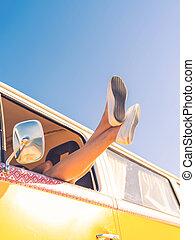relaxation., cheio, ângulo, dela, sentando, liberdade, dentro, esticar, enquanto, janela, mulher, vista, baixo, minivan, pernas