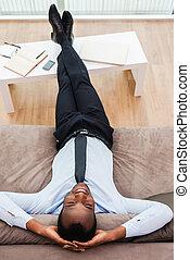 relaxation., tête, jambes, africaine, sommet, bureau, jeune, formalwear, divan, derrière, sien, vue, homme, mains, total, mensonge, heureux
