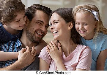 relaxe, família, crianças, fim, sorrindo, junto, cima