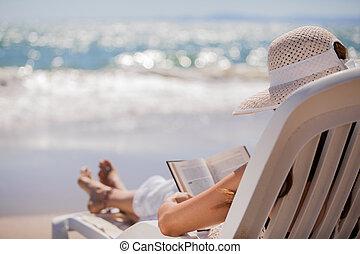 relaxen, en, lezende , aan het strand