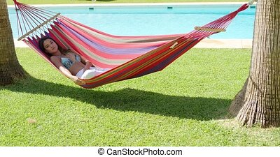 relaxen, jonge vrouw , in, kleurrijke, hangmat