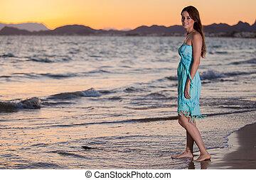 relaxen, op het strand, op, ondergaande zon