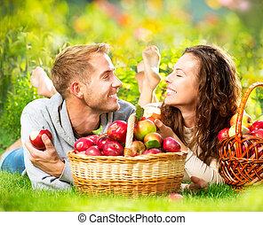 relaxen, paar, gras, eten, appeltjes , herfst, tuin